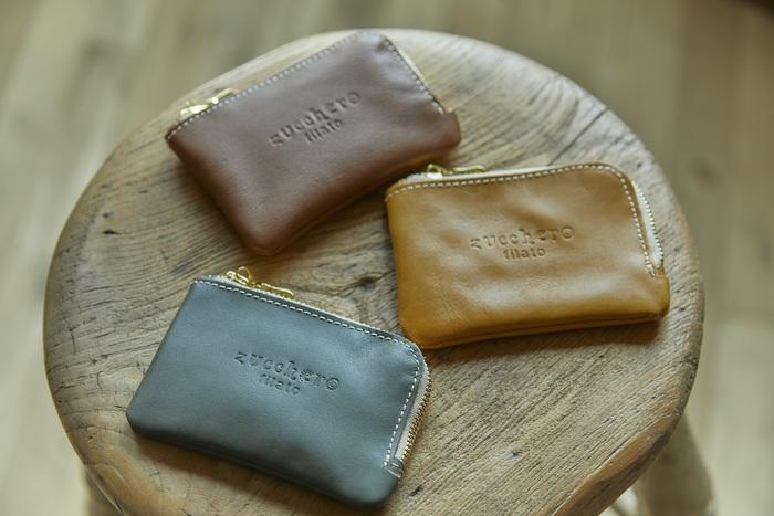 楽天のショップ「Lumie(リュミエ)」でズッケロフィラートの商品を購入すると、もれなく全員に写真のコインケースをプレゼント。バッグや財布を作るときに出たハギレの革を使って作られています。 L字型ファスナーで、後ろにはカードが収納できるポケット付き。色はおまかせとなりますので、あらかじめご了承ください。  ※写真以外の色となる場合もございます。