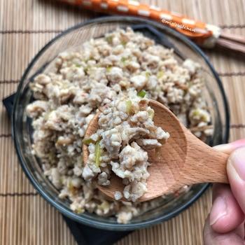 鶏ひき肉とねぎを炒め、味付けは瓶入りなめたけにおまかせの簡単おかず。作り置きができますので便利です。なめたけの食感もよく、じゅわっと味わいがあります。材料3つで完結しますが、お好みで辛みを加えてアレンジするのもおすすめ。