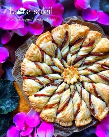 一見むずかしそうですが、じつはとても簡単なあんナッツパイ。冷凍パイシートにあんを塗ってナッツを散らし、同じ大きさのパイでふたをします。フォークで周囲を押さえたら16分割。分割された生地をそれぞれひねって上下を返し、オーブンで焼くだけです。