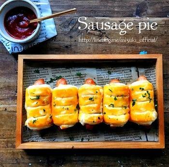 パイシートとソーセージがあればすぐできる、おしゃれなパイ。卵黄を塗って、照りよく仕上げます。あつあつでジューシーなパイは、超簡単とは思えない本格的なおいしさです。
