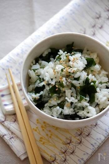 摂りにくい「ご」と「わ」を、ご飯で美味しく!懐かしのわかめご飯のレシピです。塩と和風だしのもとで炊いた素朴な味付けにホッとします。