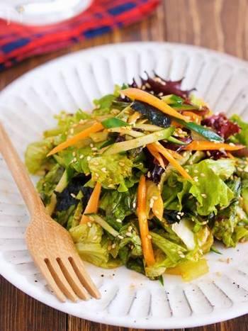 副菜で摂るなら、和食にも洋食にも合うチョレギサラダがおすすめ。にんにくとごま油の黄金コンビで、野菜もわかめもたっぷりと食べることができますよ!ドレッシングはピリ辛味も紹介してあるので、好みに合わせてチョイスしましょう♪