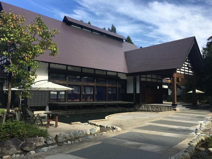"""新潟県南魚沼市にある、全12室の「里山十帖」。雑誌「自遊人」を発行する株式会社自遊人が運営する宿です。  従来のホテルとは異なる""""提案型施設""""をコンセプトに掲げていることが特徴的。  館内でふれあう「食」「住」「衣」、すべてがこだわり抜かれたものとなっており、宿泊客が自ずとその""""こだわり""""を体感し、親しめるように。ライフスタイル提案のメディアとしての役割も担っているのです。"""
