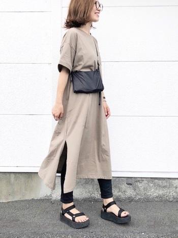 スマートなシルエットの黒スキニーは、ロング丈のワンピースとの相性も抜群です。こちらのワンピースはシックなカラーと、深いスリットが入った大人っぽいデザインが印象的。足元にTEVA(テバ)のサンダルを合わせた、スポーティーな着こなしも素敵ですね。