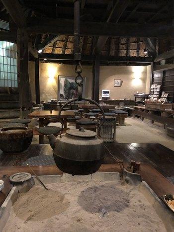 古民家をリノベーションした建物は、一見小ぢんまりと見えますが、実は縄文時代によく見られた竪穴式になっていて、なんと最大180人も収容できる広々としたカフェなんです。