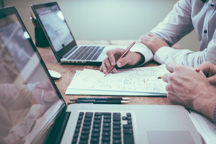 また、最近注目されているiDeCo(イデコ)「個人型確定拠出年金」を利用するのもおすすめです。iDeCoは、毎月一定の金額を出し、そのお金で定期預金や保険、投資信託などの商品を選んで運用し、60歳以降に受け取るというもの。  注目されているメリットとして、掛け金が全額「所得控除」され、所得税や住民税などの税金が安くなる、運用中に得た利益や利息についての税金がかからない、資金を受け取る時も節税されるということがあげられます。  ただし、運用によっては60歳になったときに受け取る金額が元本を下回ることもあるので、加入する際は慎重に検討してくださいね。