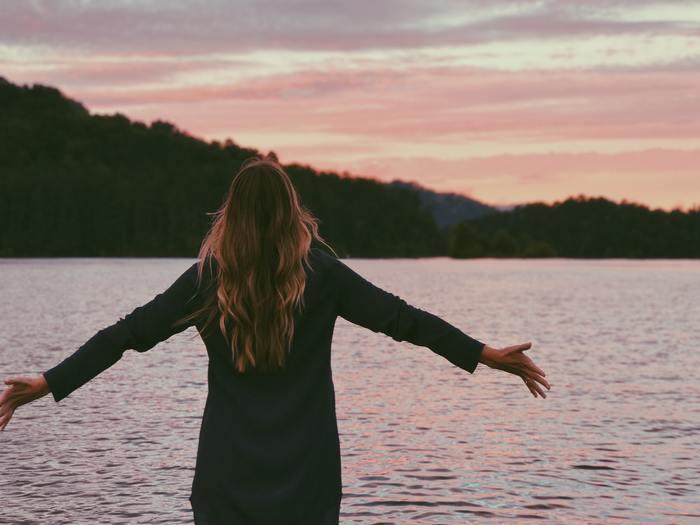 捉え方ひとつでは、もしかしたら可能性をつぶし、萎縮する可能性さえある「恥ずかしい」という気持ち。大人になった今だからこそ、「恥ずかしさ」をどんどんパワーに変えて理想の自分に近づきたいと思いませんか?
