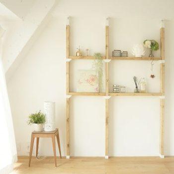 2×4の木材であれば、自由にサイズを決められて、思い通りにデザインできる「LABRICO」(ラブリコ)。壁や床を傷付けずに設置できるから、賃貸でも大丈夫なのがうれしい。