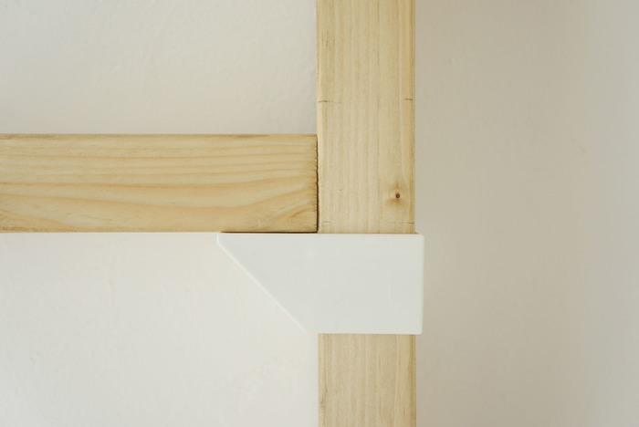 棚部分を作るパーツもシンプルなデザインで出来ています。柱にパーツを通すので、下穴を開けたり、ネジ位置を決めたりする手間もなく、簡単にしっかりと固定することができます。
