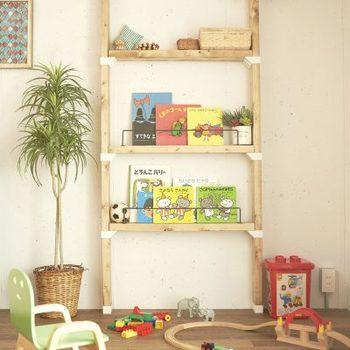 薄さを生かして、ブックラックに。子供部屋ではお気に入りの本を飾ったら素敵です。