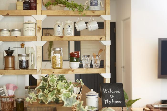 キッチンのオープンスペースに取り付ければ、一気にカフェのような雰囲気になります。カップを置いたり、コーヒーグッズを置いたり・・・。お気に入りのキッチンアイテムを並べたくなる。