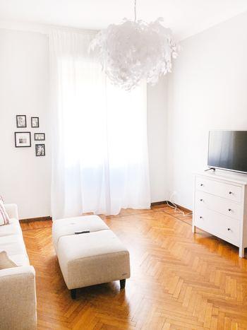 模様替えで印象をガラッと変えるには、お部屋の面積を大きく占める部分に注目してみましょう。このお部屋の場合は、大きな窓、つまりカーテンの割合が高いと言えます。