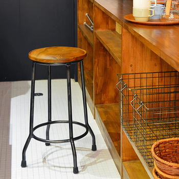 スツールが1台あるだけ、どこでも趣味スペースが作れます。キッチンのカウンターのちょっとしたスペースで編み物や読書などするのも楽しいですね。