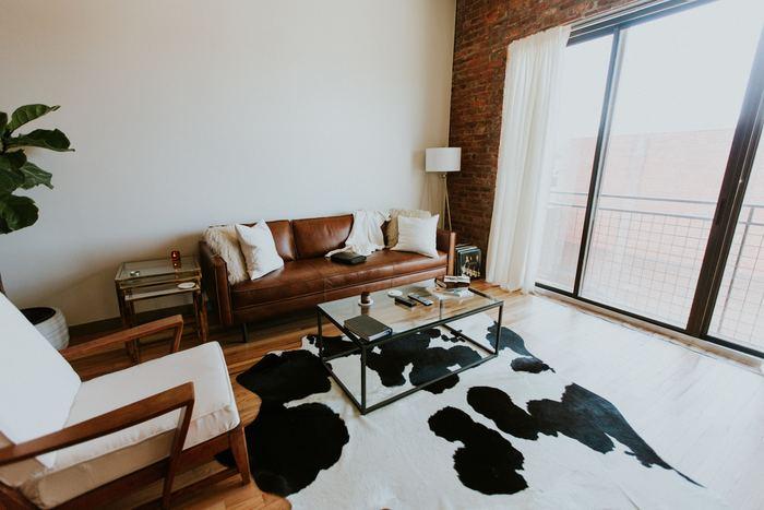 床全体に敷いたカーペットの場合は、大きな家具を全部動かさなければならず大掛かりになってしまいますが、ラグなら季節に応じて気軽に模様替えをして、お部屋をイメージチェンジすることができます。