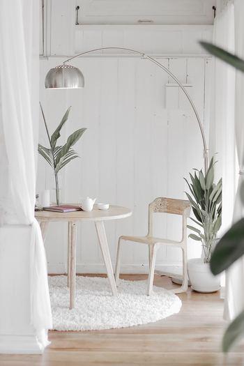 狭いお部屋でも、部分的にラグを敷くことで小部屋のような一体感のあるスペースが確保されます。圧迫感を少なくするために、小さめのラグ&ワントーンでまとめるのもポイント。シャギーラグでニュアンスを加えて。