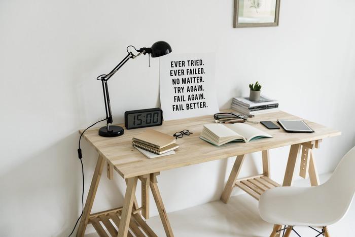 幅広のシンプルな天面だと作業がしやすく使いやすいです。ナチュラルな質感でお部屋にしっくりと馴染みますね。