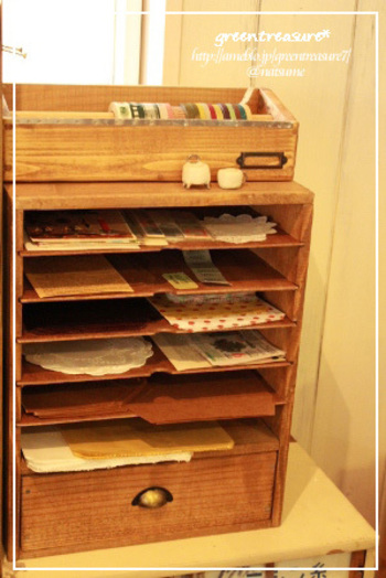 細かく仕切りのついた書類ケースも紙ものや布などを収納するのに使いやすいです。小さなスペースにたくさん収納できるのが嬉しいですね。