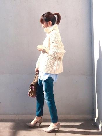 ざっくりとしたケーブル編みニットと細身パンツの間に、シャツの裾をのぞかせることで、ワンランク上のスタイルに。足元にヒールをもってくれば、大人っぽい着こなしが楽しめます。