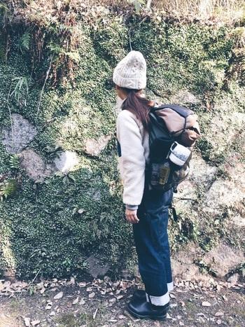 アウトドアや登山を楽しむ人におすすめしたい、軽くおしゃれなand wanderのバックパック。フロントのファスナーは上下からアクセスする事が出来るので、下の方にある荷物も楽に取り出すことができます。今年流行りのフリースジャケットを合わせて、登山スタイルを楽しんで♪