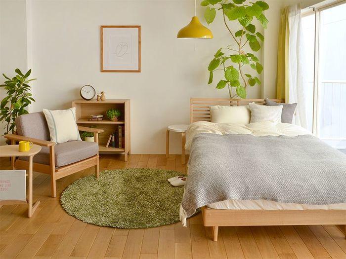 円形ラグはお部屋のレイアウトがきっちりとしていなくても、自然に馴染んでくれます。広いスペースに少しだけアクセントを加えたい場合は、鮮やかな色で冒険してみるのもおすすめです。