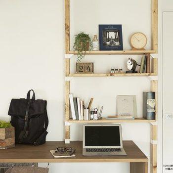 デスクのちょっとした収納スペース作りにも便利です。木材の長さは自由に決められるから、机の高さに合わせて設置することもできます。