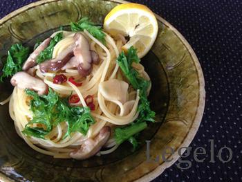 肉厚なしいたけとわさび菜を、うす口醤油で味付けした和風仕立てのペペロンチーノ。レモンを絞ってさっぱりといただきます。
