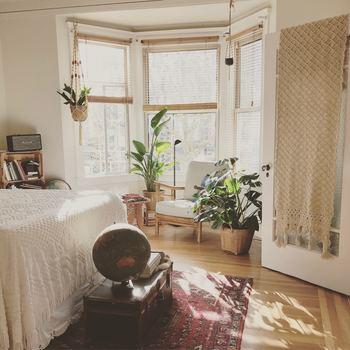 キリムなど個性的なラグの場合は、壁とカーテンを同系色で統一して、ラグを引き立たせましょう。ドアカーテンをボヘミアン調のクロシェレースにすることで、ボーホースタイル風のインテリアに。