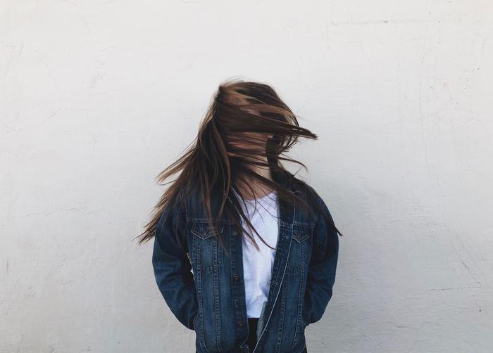 髪の毛1本1本が太い、癖がつきやすい、となると、どうしてもボリュームのあるヘアスタイルに見えてしまいます。ストン…と落ち着いたヘアスタイルがなかなか決まらない…というのも、このせいです。 しっとり系のシャンプーを使ったり、髪の毛の量を調整したりすることで、ボリュームダウンして落ち着いた印象に。