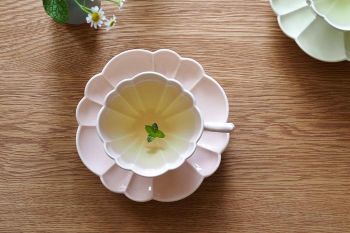 コーヒーにはない紅茶の魅力のひとつは、透き通った美しい水色と言われます。フランス語で「花束」という意味を持つルブケのカップ&ソーサーは、お茶を注ぐと底に花の絵柄が浮かび上がる、とてもエレガントな一品です。