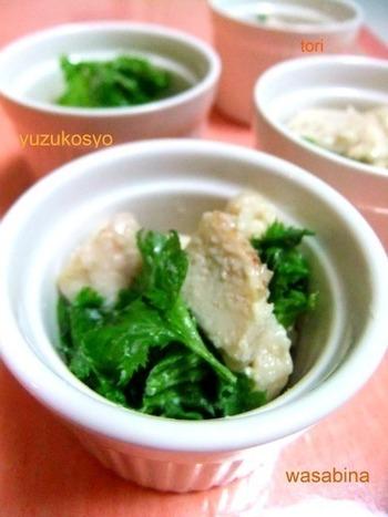 ジンジャーハニーチキンとわさび菜を柚子胡椒とマヨネーズに和えた一品。ジンジャーハニーチキンは唐揚げに変えてもおいしく食べられます。