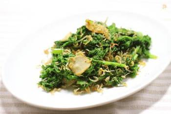 にんにくで炒めたわさび菜にちりめんじゃこで塩味をプラス。ごま油と胡椒で味を整えれば完成です。炒めることで量が減りたくさん食べられます。