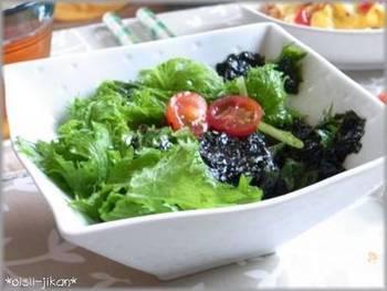 ごま油と韓国海苔を使った韓国風サラダ。水洗いしたわさび菜に和えるだけなので、とっても簡単。ごま油の香ばしい香りが食欲をそそります。