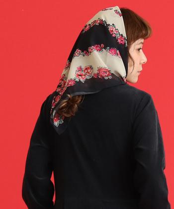 ヴィンテージらしい個性的な柄のスカーフもこのように頭や首にふわっと巻くと可愛いアクセントになります。