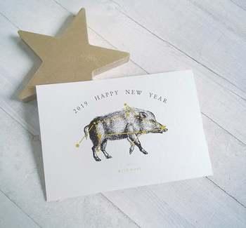 こちらはイノシシを星座に見たて描いたデザイン。紙にも高級感があり、人とはちょっと違った年賀状を探している方にぴったり。おしゃれな友人に送りたいですね♪