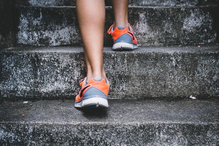 日中しっかりと動き回れば、体も疲れて寝落ちしてしまいます。無理に運動をしなくても、階段をたくさん使ったり、徒歩での移動の距離を増やしたりと少しづつ出来ることから始めましょう。毎日の生活の満足度も上がりますよ。