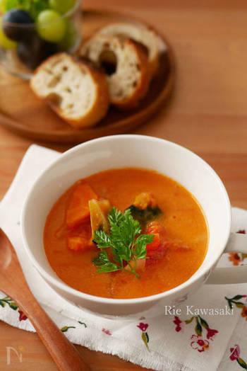 トマト水煮缶を使った、食感も楽しめるトマトスープです。牛乳、コンソメで味付けされていて、トマトの香りが食欲をそそります。  野菜もたっぷり入れて、トマトのリコピンだけでなく、ビタミン類などの栄養素もちゃんと摂ってくださいね。
