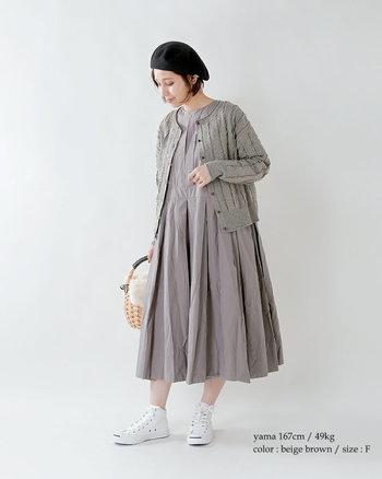 上からコートも羽織りやすい、少しタイト目のカーディガン。フレアたっぷりのナチュラルなワンピース+足元は白スニーカーで軽やかなカジュアル感をミックスしてみてはいかが?