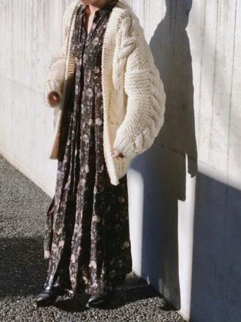 レトロな花柄ロングワンピースには、ボリューム感のあるお袖のロングカーデをチョイス。大人っぽい雰囲気のあるスタイルに。