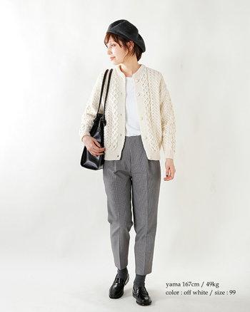 少しキッチリと着こなしたいときのタイトめのニットカーディガンスタイル。メンズライクなパンツと合わせることで、女性らしさがプラスされます。