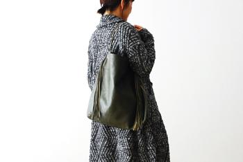 シンプルながらもスパイスの効いたフリンジ付きバッグ。秋冬のコーデにもよく似合います。