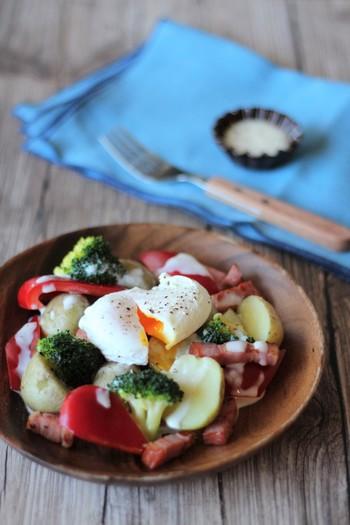 もうひとつ、ホットサラダをと紹介。こちらは野菜だけではなく、卵も一緒。良質なタンパク質もとれますよ。  ホットサラダにすれば、温かいうちにドレッシングやソースをかけるため、野菜に味がしみこみやすくなるのも良いところ。塩分控えめな味つけも、叶えられますよ。