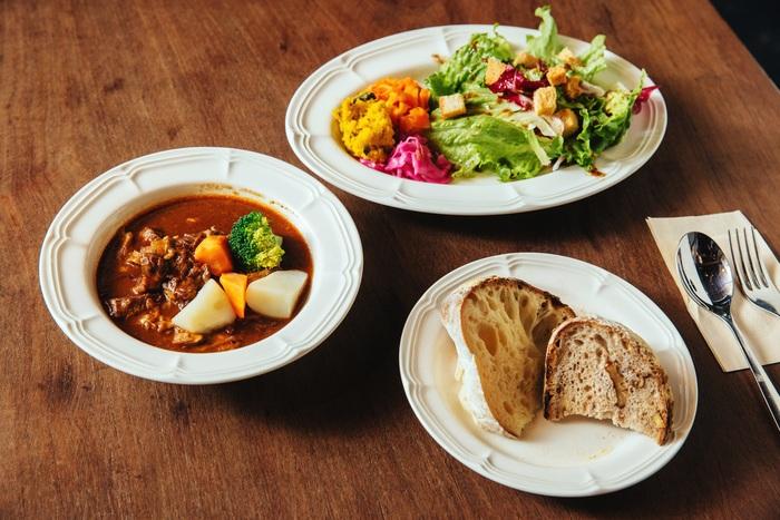 『山の上ベーカリー』で一番人気のカフェメニューであるビーフシチュー。「毎日3時間以上煮込んでいる、自慢のお肉がたくさん入っています」と野津さんもオススメの一品です。