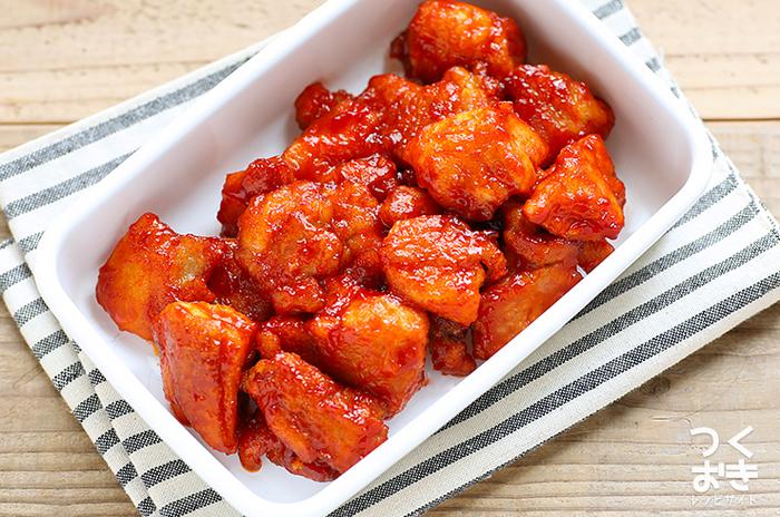 韓国風のピリ辛から揚げ「ヤンニョムチキン」も、韓国風万能だれで絡めるだけで完成します。白いごはんはもちろん、ビールのおつまみにもぴったりです。