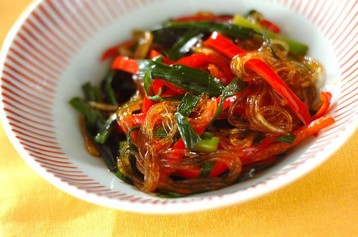 ニラ、赤ピーマン、春雨、3つの材料を炒め、韓国風万能だれで合えるだけで、簡単チャプチェの完成!牛肉や豚肉など細切れがあればプラスしても◎彩りも鮮やかですね。