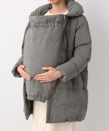 グースリーという、均一にあたたまりやすい中綿を使った、ダウンコートです。ダッカー付きですがもちろん、ダッカーなしにすると、スリムなロングダウンコートとして、着こなせますよ。カジュアルすぎないシンプルデザインなので、いろんなシーンで役立ちますね。