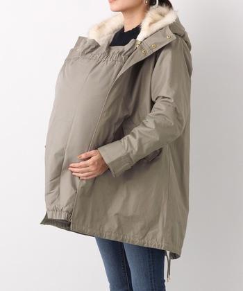 LEPSIM人気のモッズコートが、マタニティ仕様に。ダッカーにもフェイクファーが付いていて、とてもあたたかいですよ。肩周りにゆとりをもたせてあるので、重ね着してても着心地抜群です。