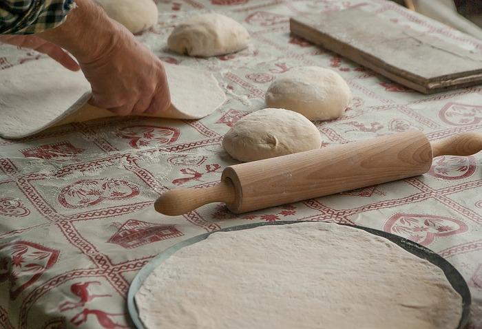 強力粉はパンやパスタ、餃子の皮などに適しています。強力粉のみでケーキをつくろうとすると、粘り気の強い生地になり、硬くてぼそぼそした食感になってしまいます。ケーキやクッキーといったお菓子をつくるときには、薄力粉を混ぜ込んでつくるとふんわりと軽い仕上がりになります。