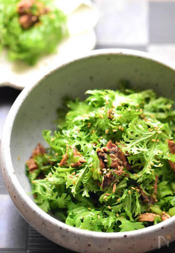 さんまの蒲焼缶詰を使った簡単レシピ。お酒の肴にも、来客時のおもてなしにも使えるそう。ラー油と白ごまがアクセントの一皿。