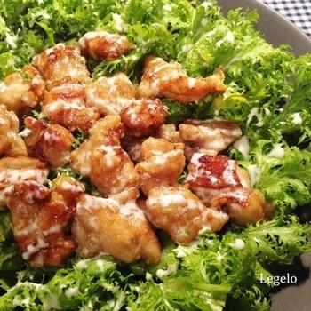 鶏肉を揚げ焼きして甘タレに絡め、たっぷりのわさび菜の上に盛りつけて、マヨネーズソースをかければ完成。わさび菜はさっぱりした後味なので、こってりとしたおかずと一緒に食べたいですね。