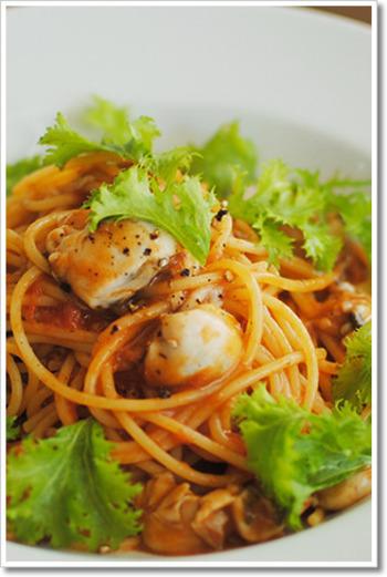 冬が旬の牡蠣をアンチョビが入ったトマトソーススパゲティに。フレッシュなわさび菜を散らせば写真映えもばっちり。最後に散らすのがシャキシャキ感を損なわないコツです。